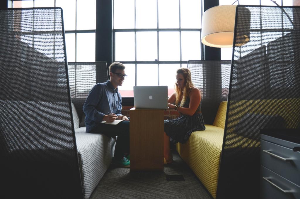 spotkania i prezentacje z macbookiem